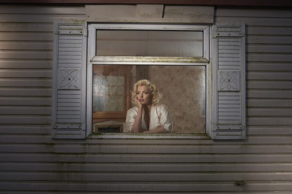 朱莉娅·富勒顿·巴顿的彩色肖像照片,在窗户上的女人