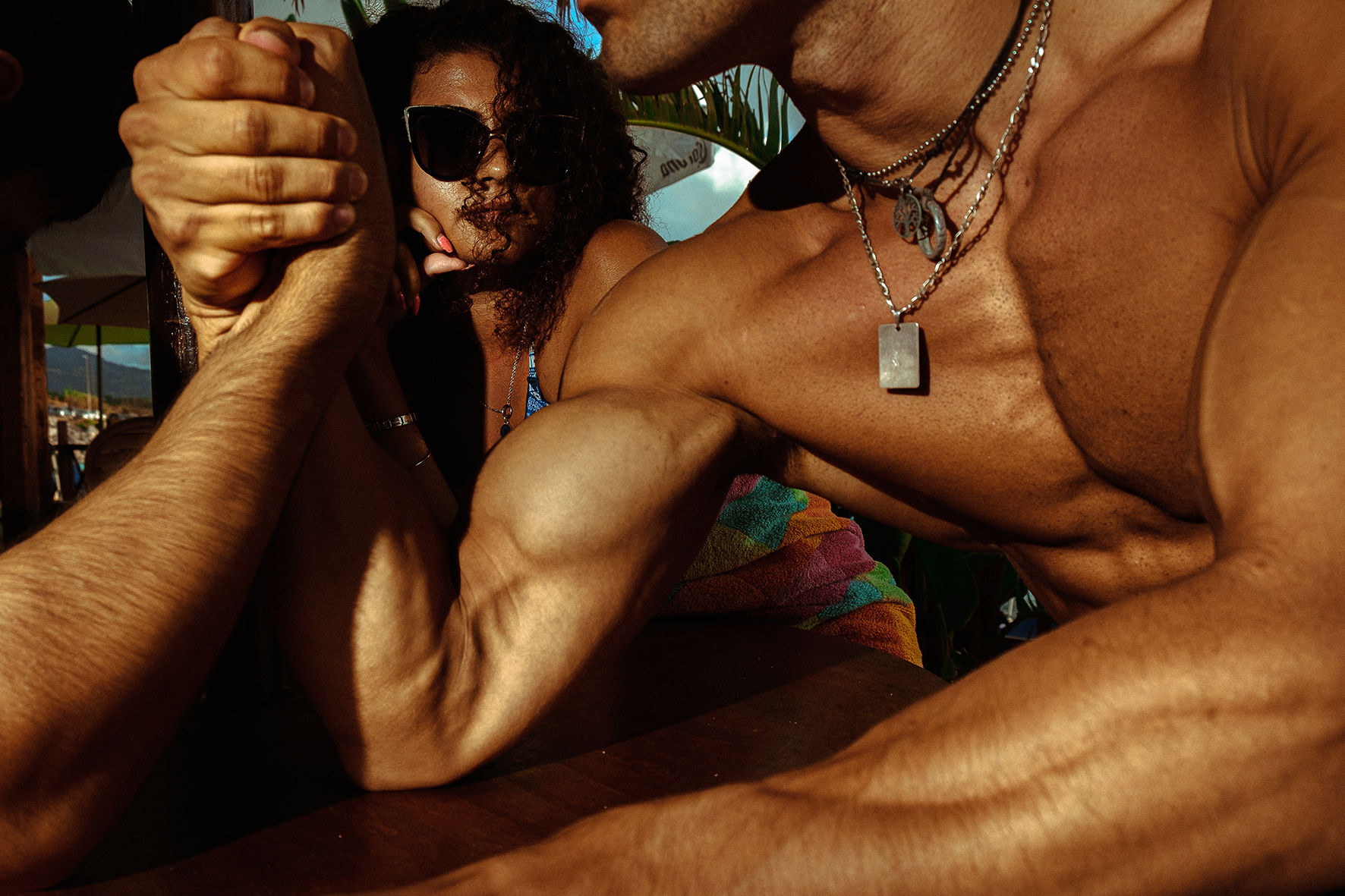 street color photograph of men at the beach shot in Italy by Lorenzo Catena