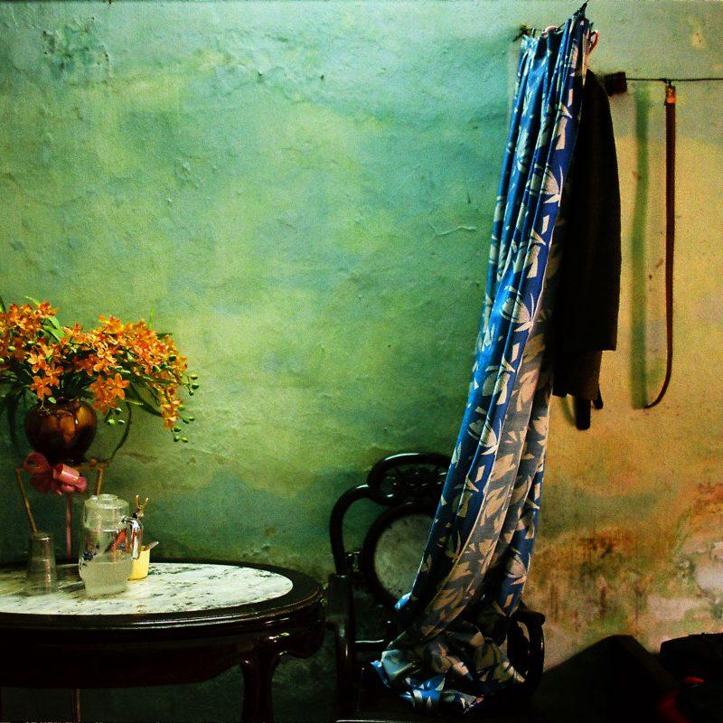 越南河内的一间卧室的彩色胶卷照片,Maika Elan