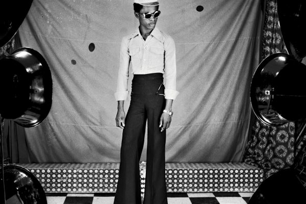 Schwarz-Weiß-Studio-Selbstporträt von Samuel Fosso