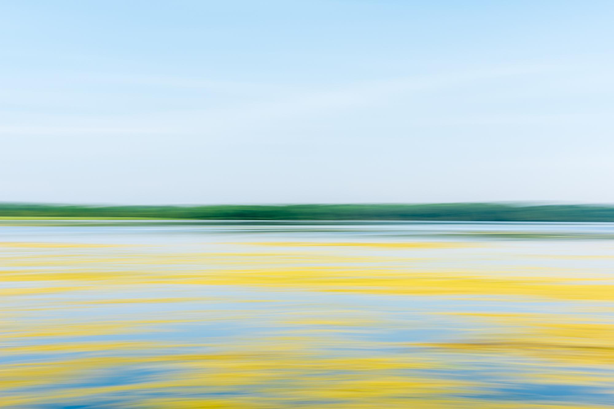 fotografia a colori di un paesaggio astratto dell'orizzonte e del lago di Jim Kostecky