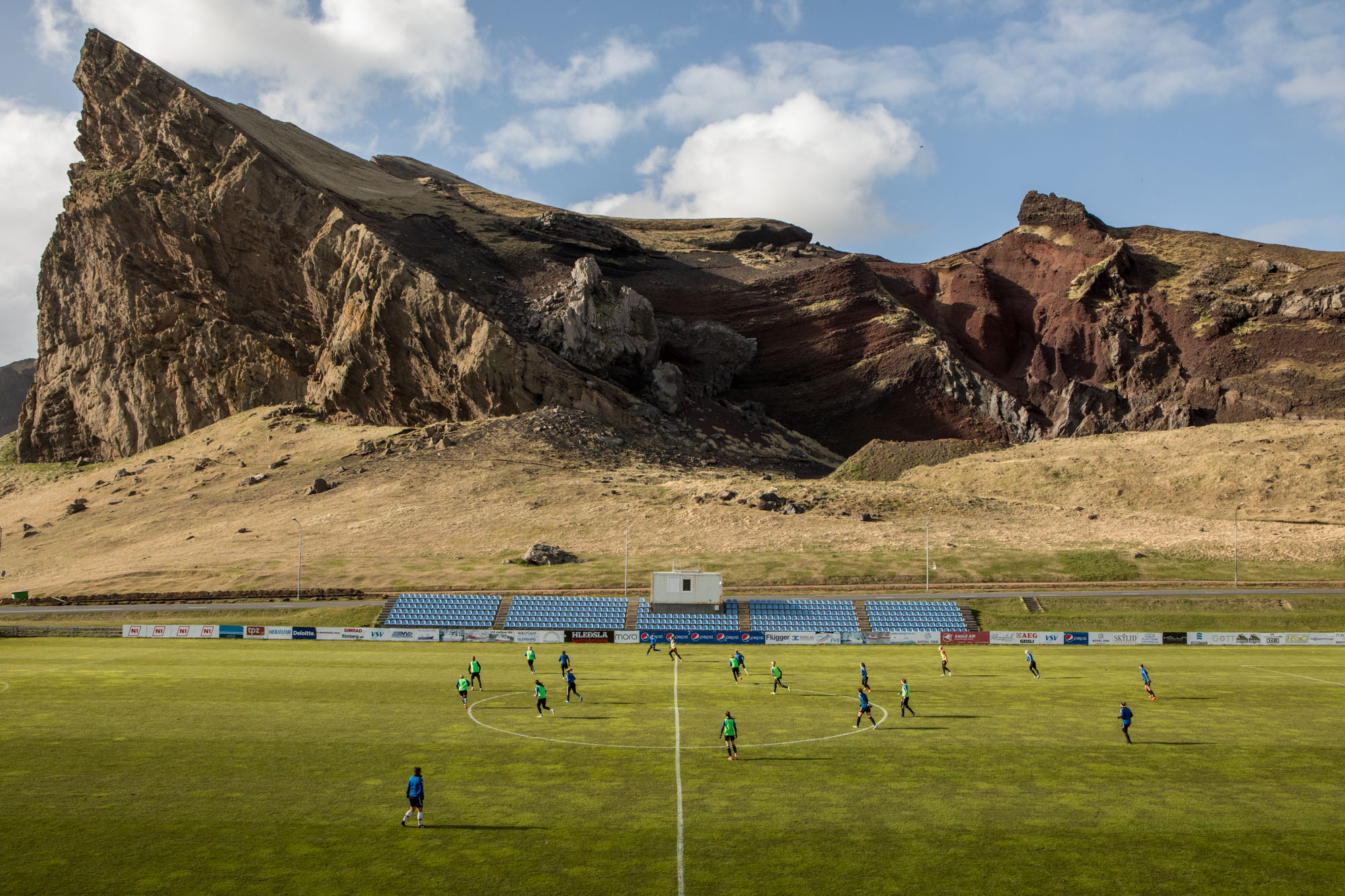 fotografia paesaggistica a colori dell'allenamento di calcio femminile a Heimaey, Islanda, di Matteo de Mayda