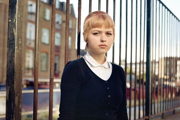 Ritratto analogico a colori di medio formato di una ragazza skinhead a Londra, Regno Unito di Owen Harvey
