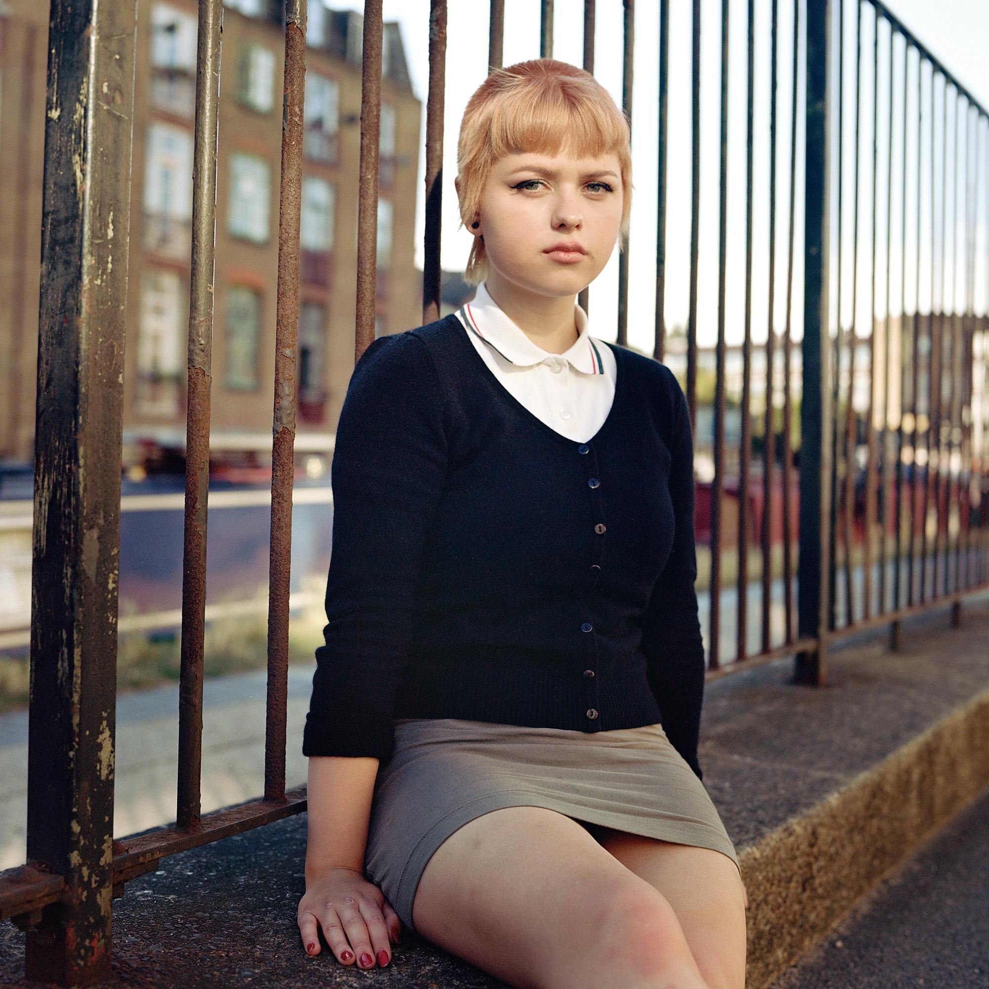 欧文·哈维 (Owen Harvey) 在英国伦敦拍摄的中画幅模拟彩色肖像