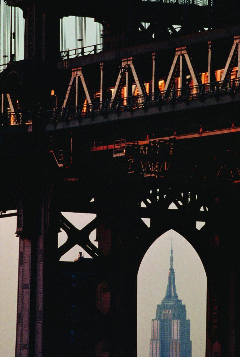 Fotografía en color de Bruce Davidson, NYC, Bridge, Empire State Building