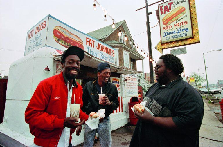 Fotografía en color de Bruce Davidson, hombres afroamericanos comiendo en la calle en Chicago