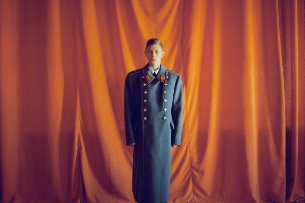 Portrait couleur d'un garçon en uniforme militaire par Michal Chelbin