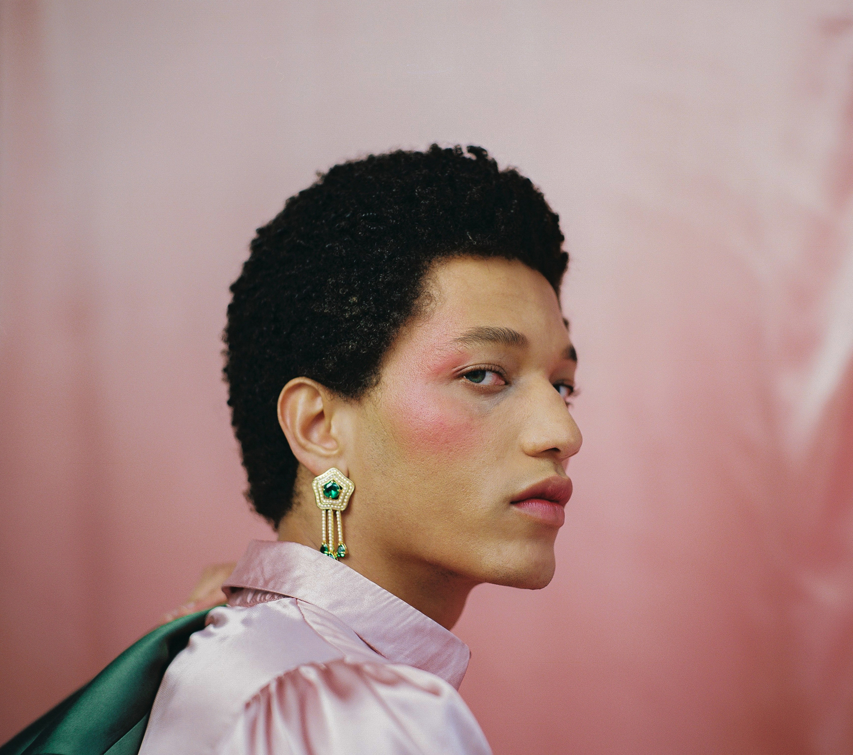 Kevin Anaafi-Brown 化妆的男人的社论彩色肖像照片