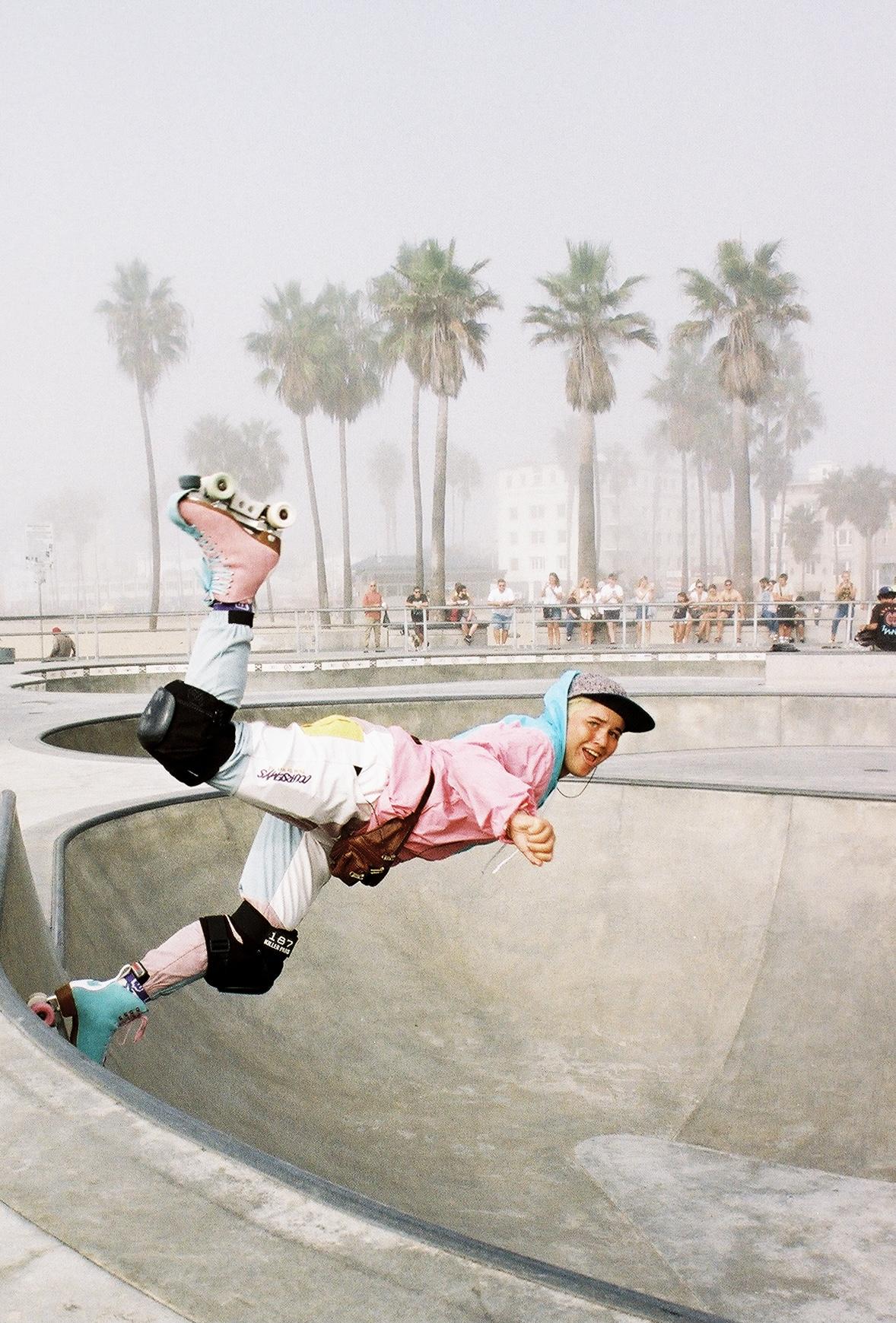 Morgan Simmons 在美国加利福尼亚州洛杉矶威尼斯海滩拍摄的一名轮滑女孩的彩色肖像照片