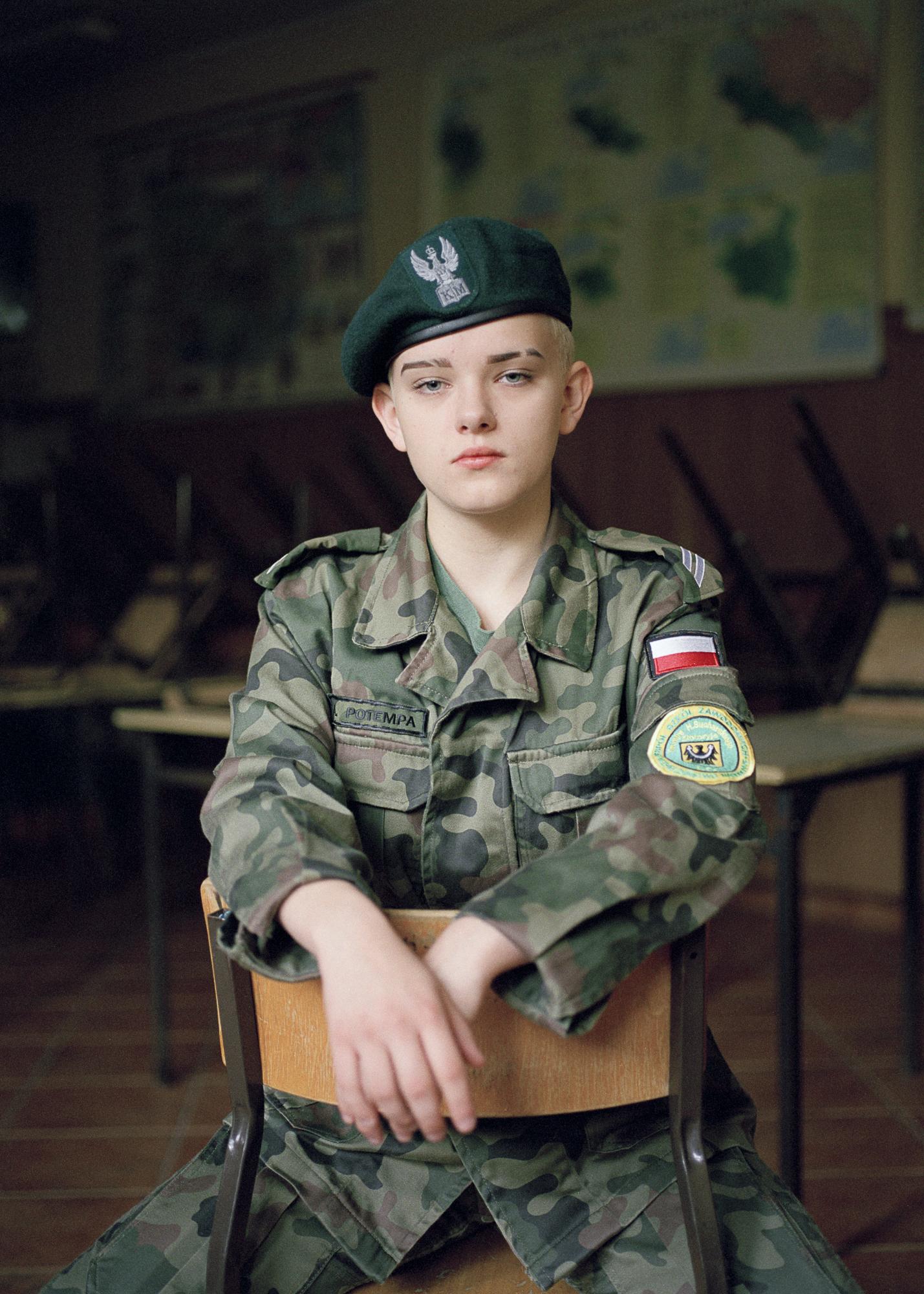 Natalia Kepesz 在波兰军事高中拍摄的一个年轻波兰男孩的彩色肖像