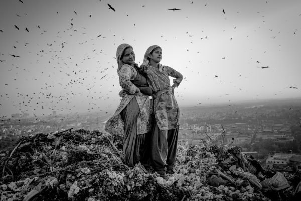 Robin Tutenges 为印度女性拍摄的黑白照片