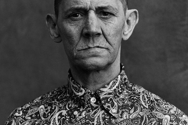 西蒙·墨菲 (Simon Murphy) 在苏格兰格拉斯哥拍摄的中画幅模拟黑白肖像照片