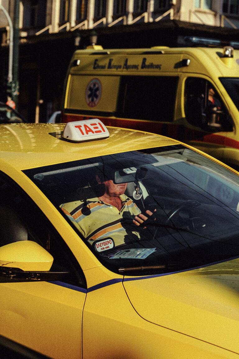 Farbstraßenfoto eines Taxis in Athen, Griechenland von Marina Nota
