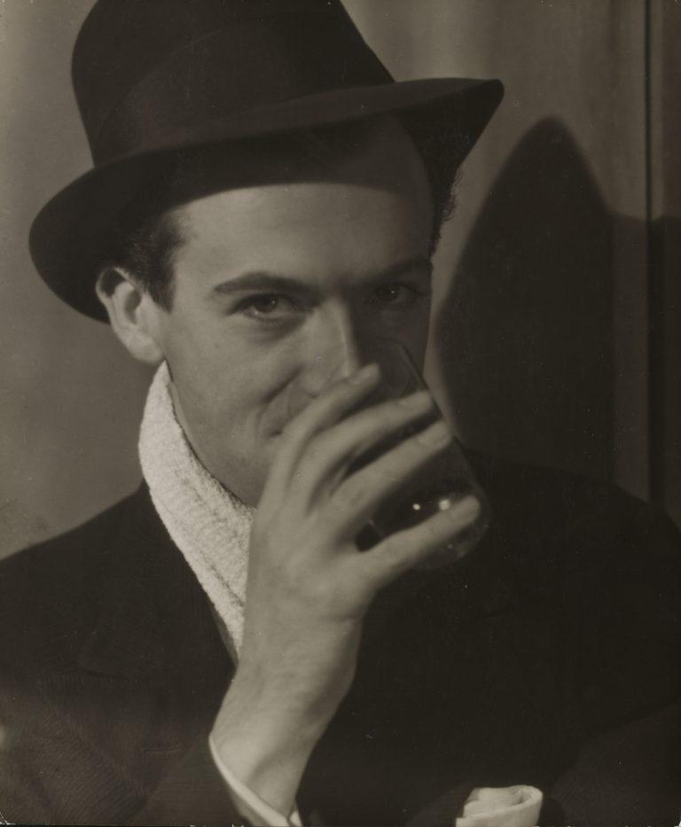 柯蒂斯·莫法特 (Curtis Moffat)、塞西尔·比顿 (Cecil Beaton) 的黑白肖像,约 1925 年