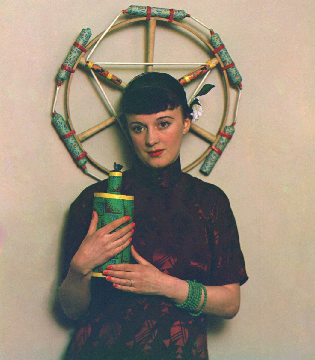 Farbporträt von Curtis Moffat, Greta Wyndham mit Feuerwerk und Catherine Wheel, Ca. 1933-35