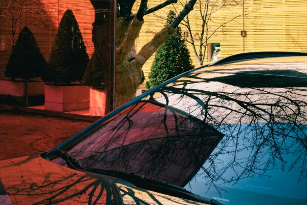 Hansae Lee 带有汽车反射的红色和黄色建筑物的彩色图片