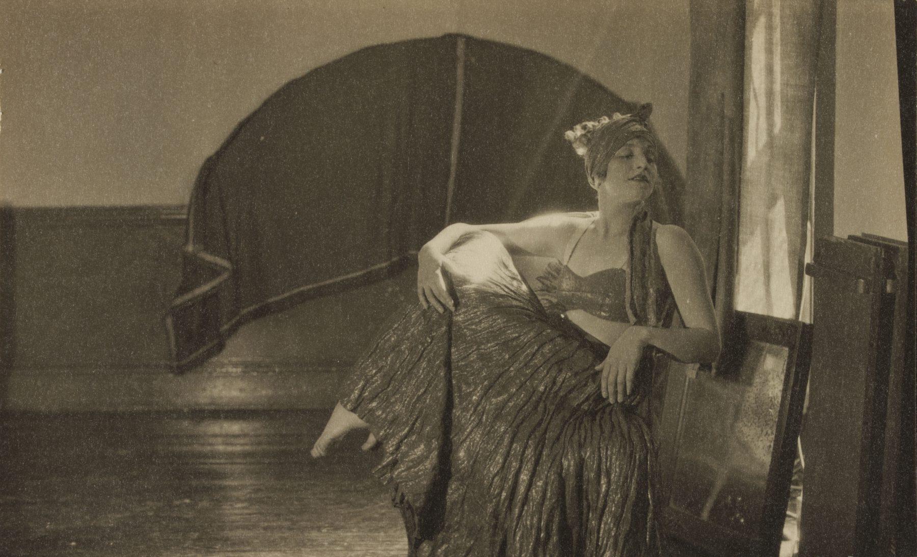 Schwarz-Weiß-Porträt von Curtis Moffat, Miss Hoffman, Frau, um 1925-30