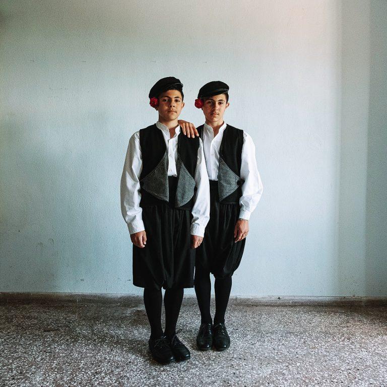 Portrait photo couleur par Michael Pappas de la série Mitos - le fil de la Grèce, jumelles, costume traditionnel, portrait religieux orthodoxe