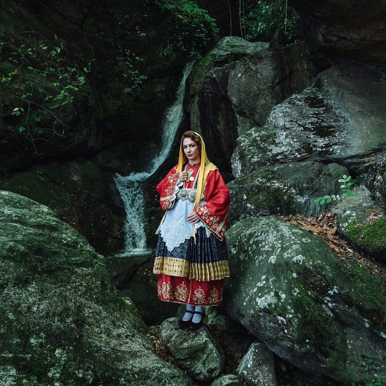 photo de Michael Pappas de la série Mitos - le fil de Grèce, femme, costume traditionnel, cascade
