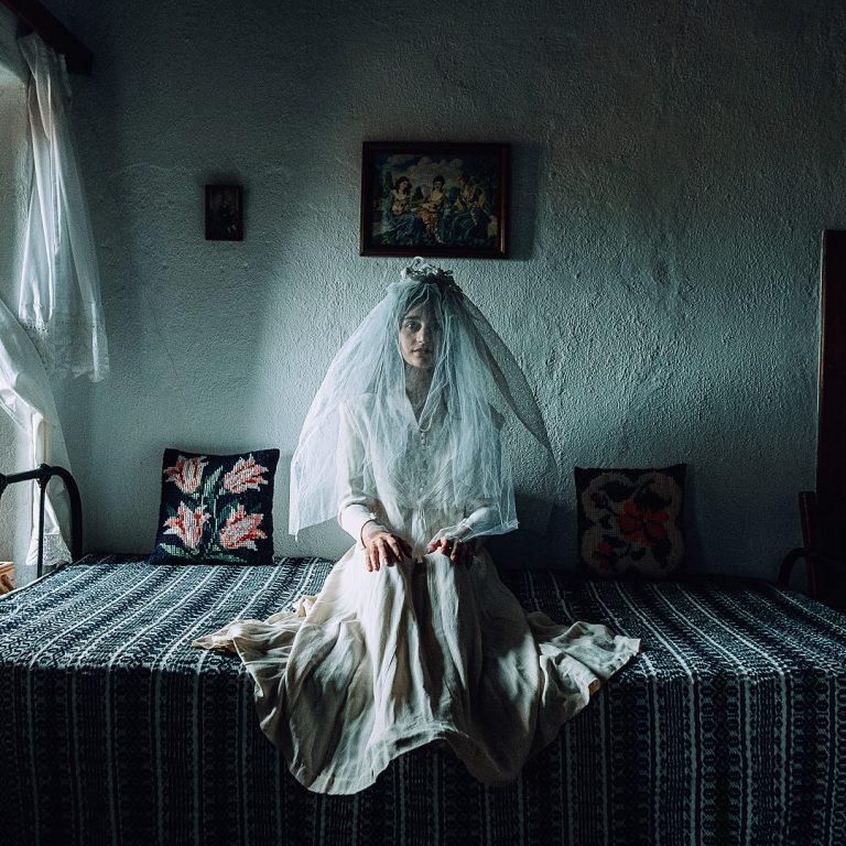 Photo couleur de Michael Pappas de la série Mitos - le fil de Grèce, fille, costume traditionnel, robe de mariée, maison