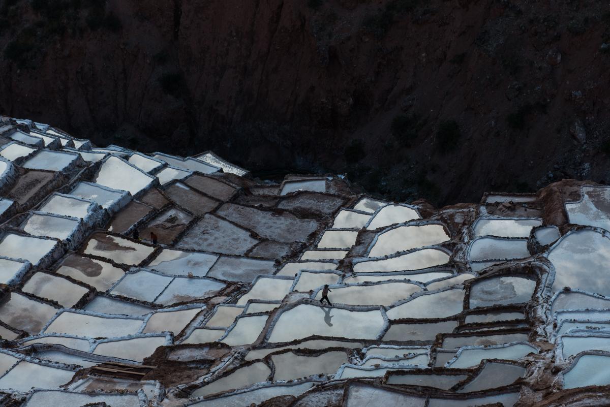 Farbfoto von Luis Fabini aus der Serie Harvest. Landschaft, Anden, Peru, Bewässerung