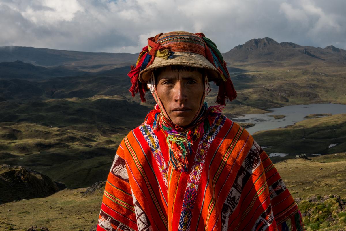 Farbfoto von Luis Fabini aus der Serie Harvest. Porträt, Anden, Peru