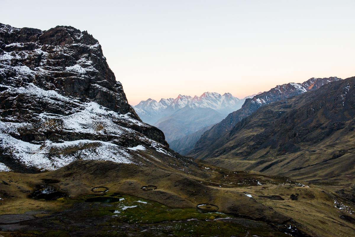 Farbfoto von Luis Fabini aus der Serie Harvest. Landschaft, Anden, Peru