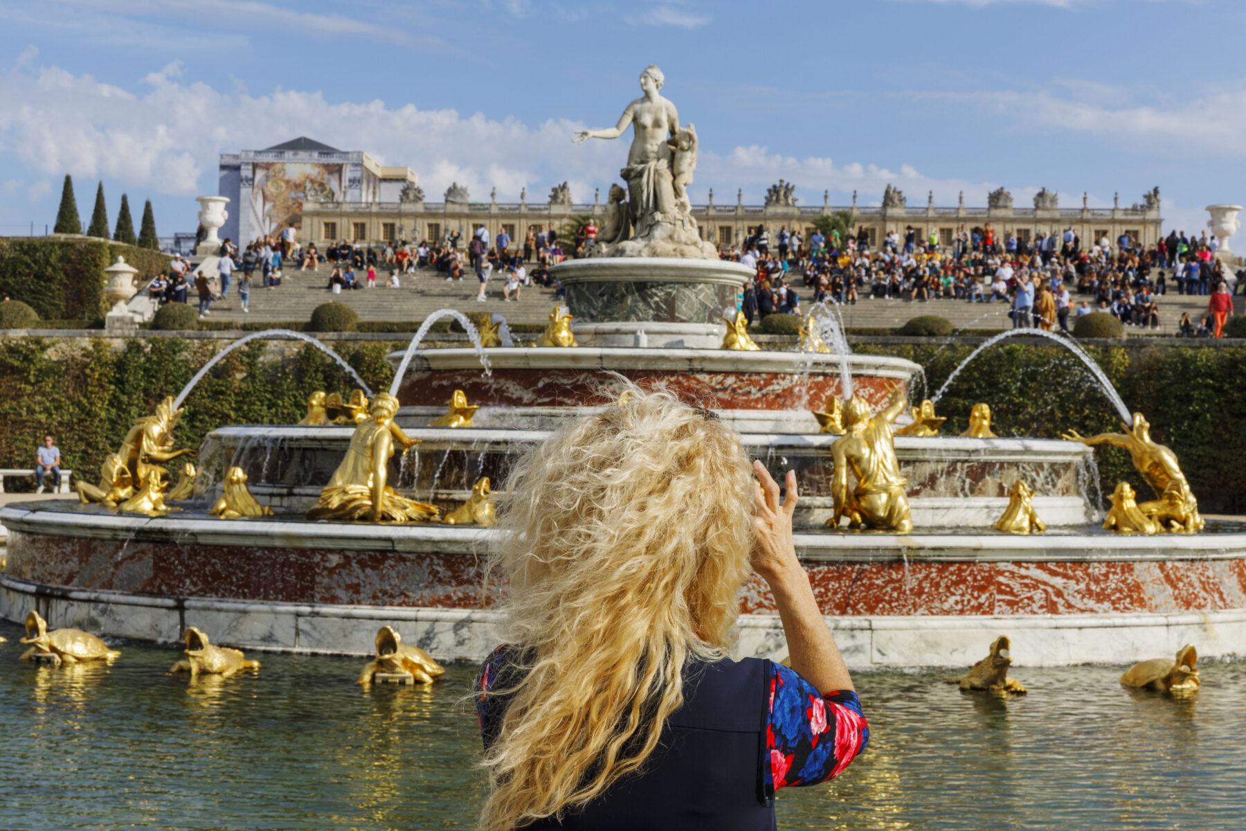 Martin Parr, Farbfotografie, Versailles, Gärten, Palast, Touristen, Paris, Frankreich 2018