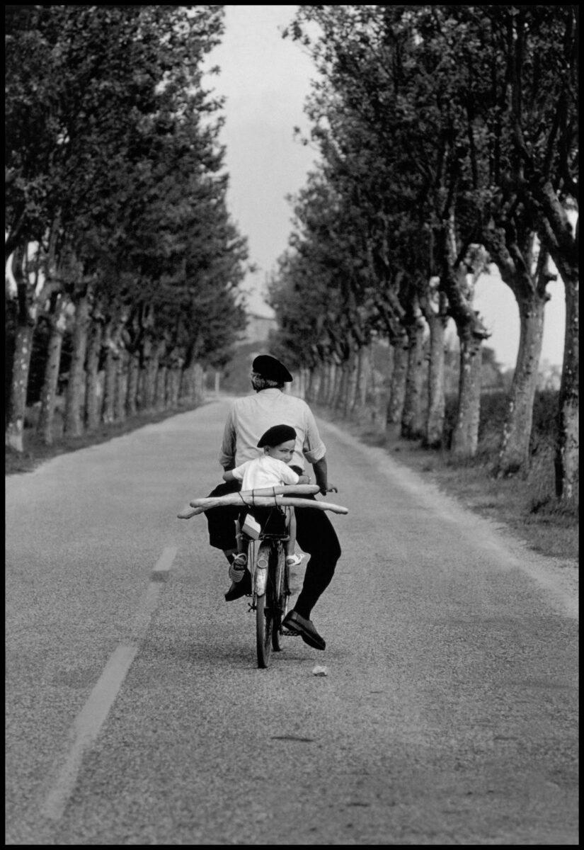 Schwarz-Weiß-Filmfotografie von Elliott Erwitt, Mann und Junge auf dem Fahrrad, Provence, Frankreich, 1955