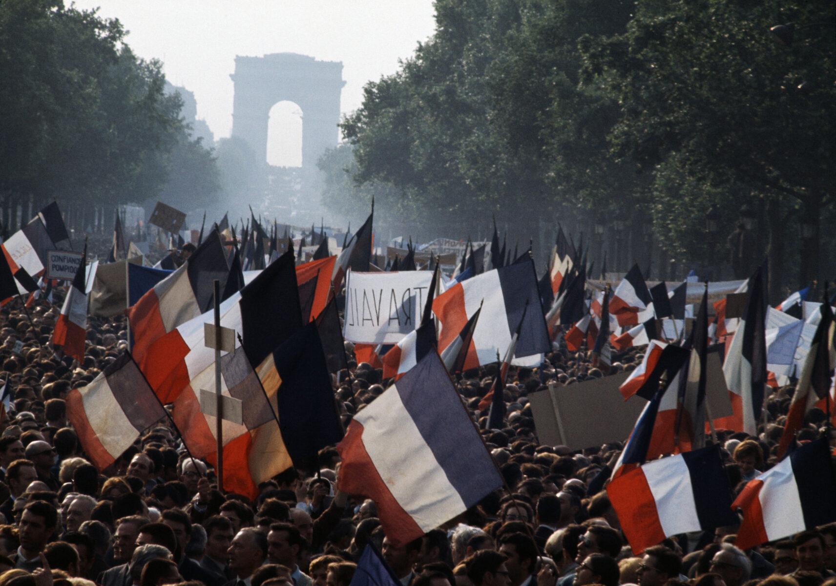 Farbfoto von Bruno Barbey. Pariser Proteste, Mai 1968. Frankreich, Flaggen, Champs Elysees