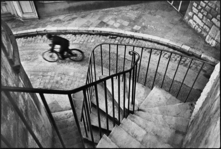 Henri Cartier Bresson 的黑白照片。 自行车手,Var 部门。 1932年法国耶尔。